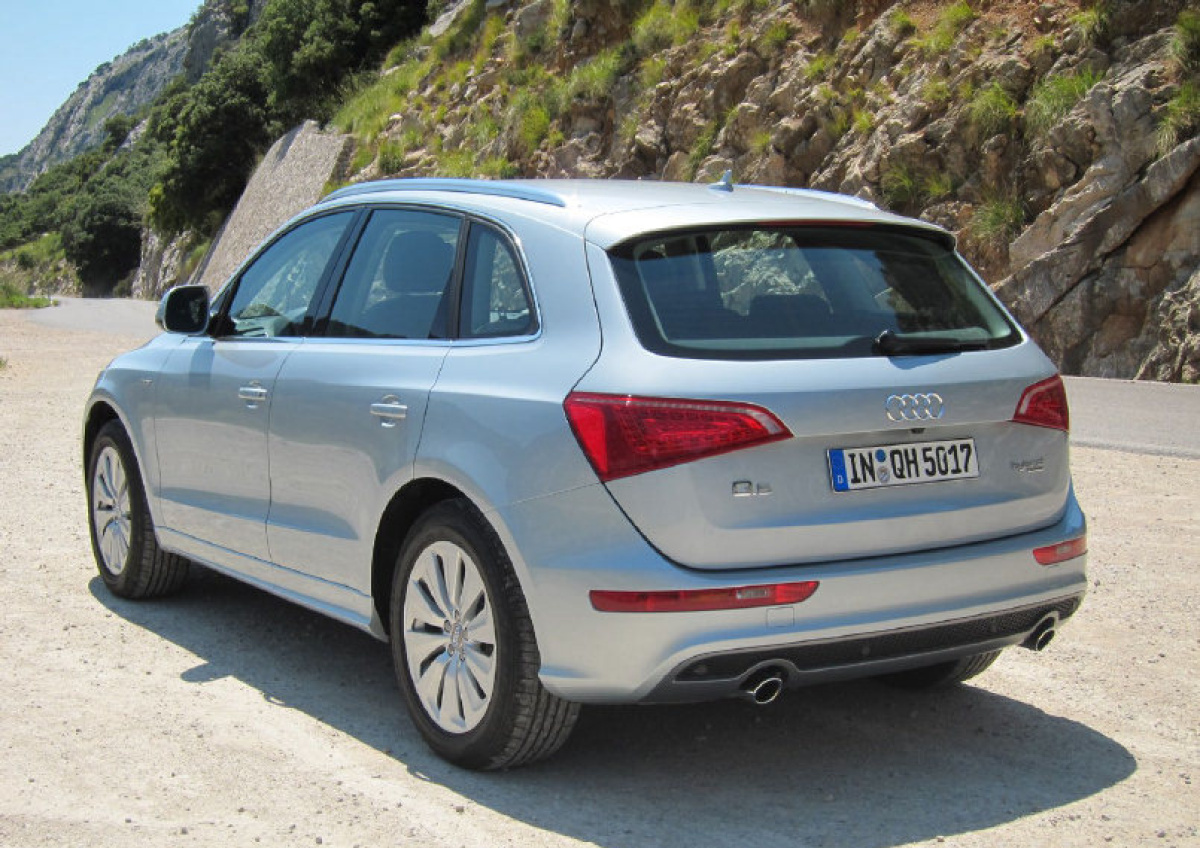 audi q5 hybrid this gas electric suv really delivers. Black Bedroom Furniture Sets. Home Design Ideas