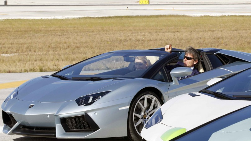 Lamborghini Aventador hits 330 km/h on airport runway