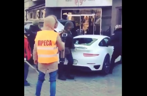 Video: Ukraine protesters swarm politician's Porsche 911