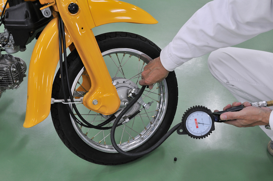 Checking the air pressure in motorcycle tires